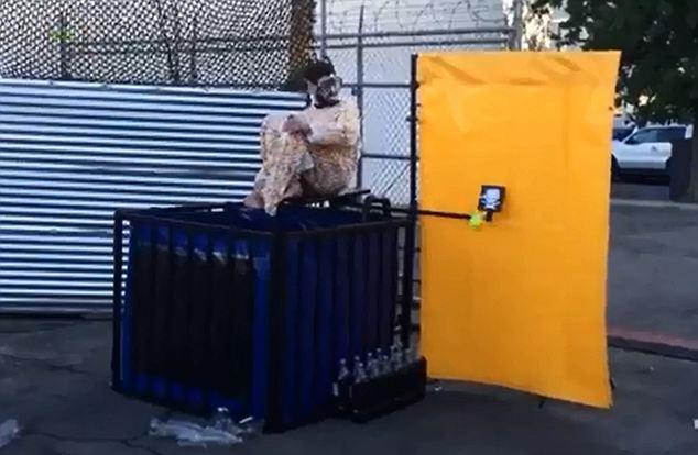 NO ZOU NO DIE:老外穿曼妥斯服装跳进可乐池里